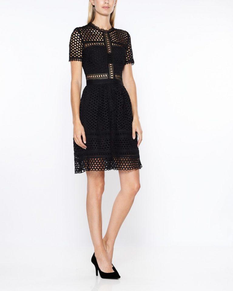 Modell visar en klänning och dräktjacka. Nordiska