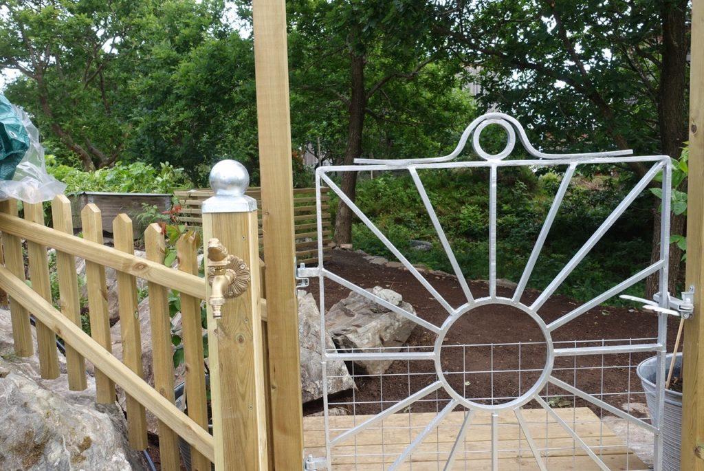 Att sätta upp vattenposter i trädgården