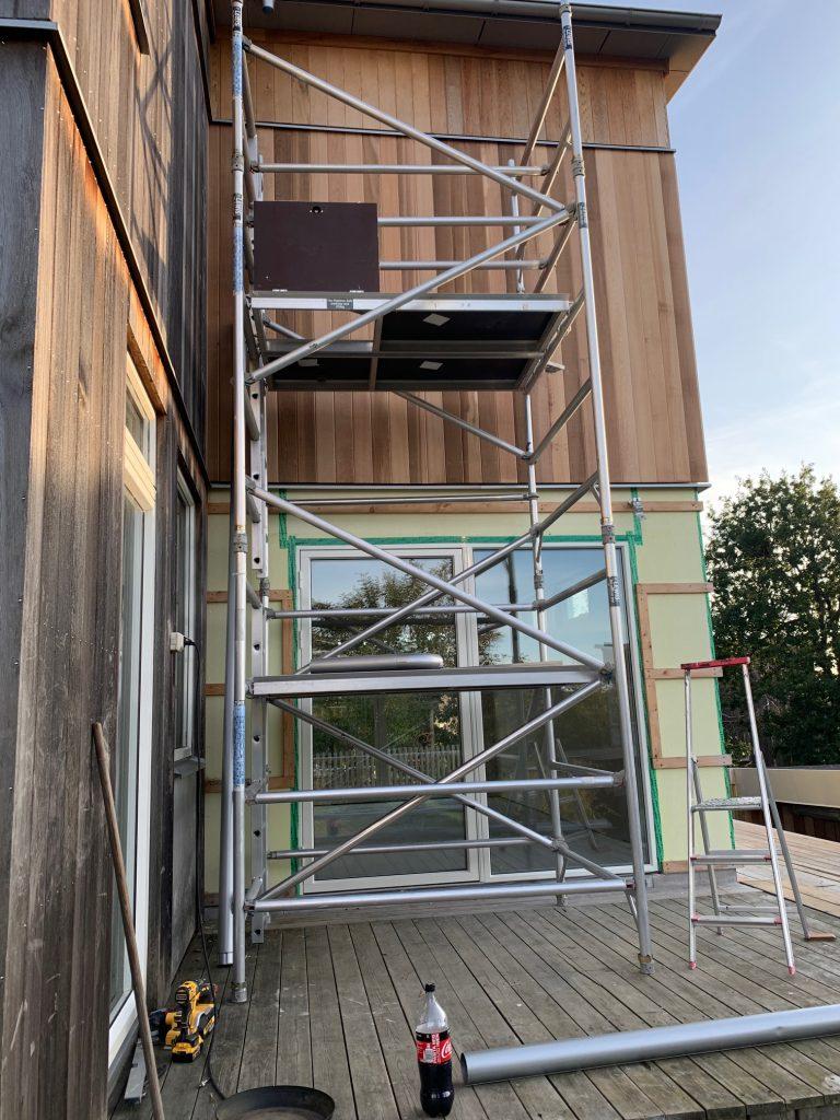 Utbyggnad med cederträpanel