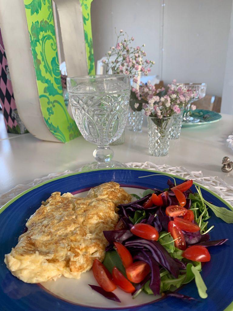 Omelett med rödkål ruccola och tomater