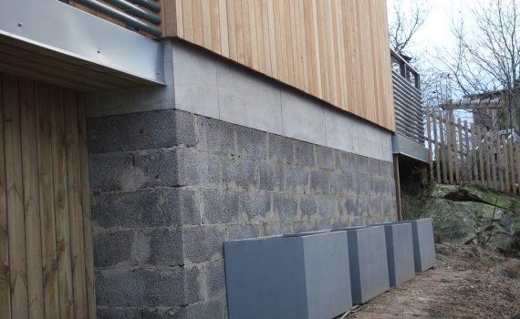 Nu skall muren på utbyggnaden göras snygg