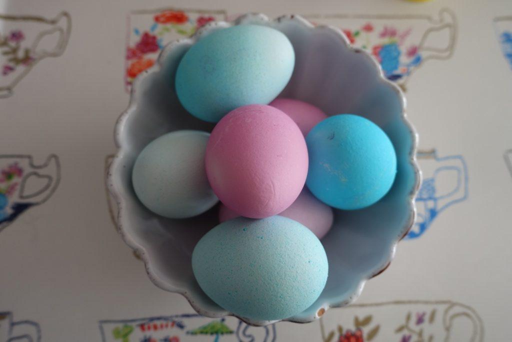 Färga ägg med karamellfärg