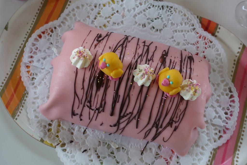 Tårta med egentillverkade kycklingar