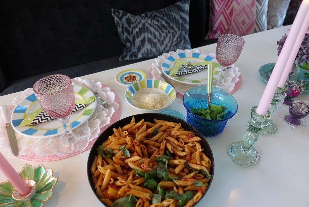 Sätt fram skålar med chilliflakes och parmesan