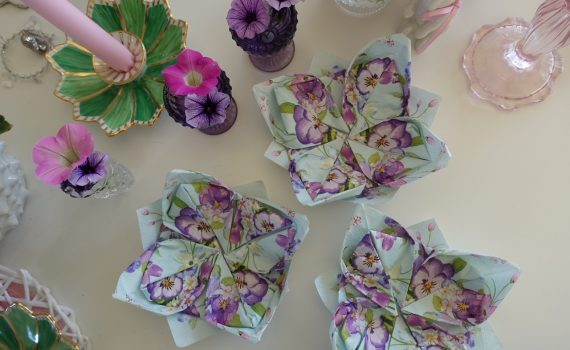 Hur du viker servetter superenkelt till vackra blommor