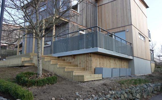 Nu är de betongbaserade plattorna på plats på fasaden