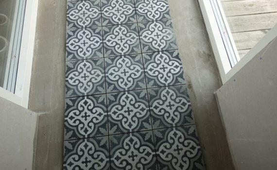 Golvet i glasgången med klinker från Marrakech