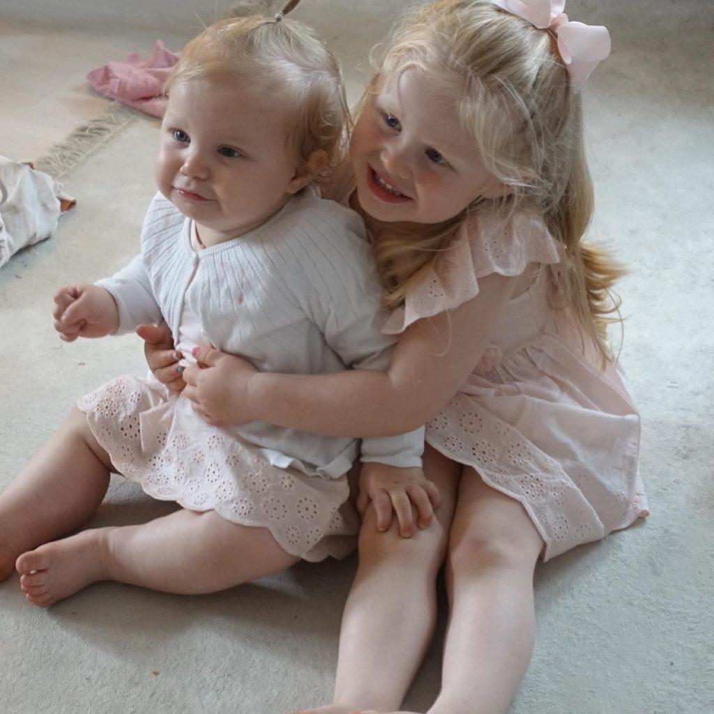 Millie 1 år och Leonore 3 år