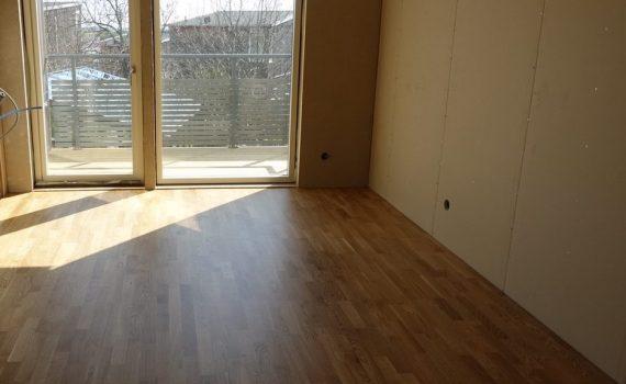 Nu är golvet lagt i min walk-in-closet