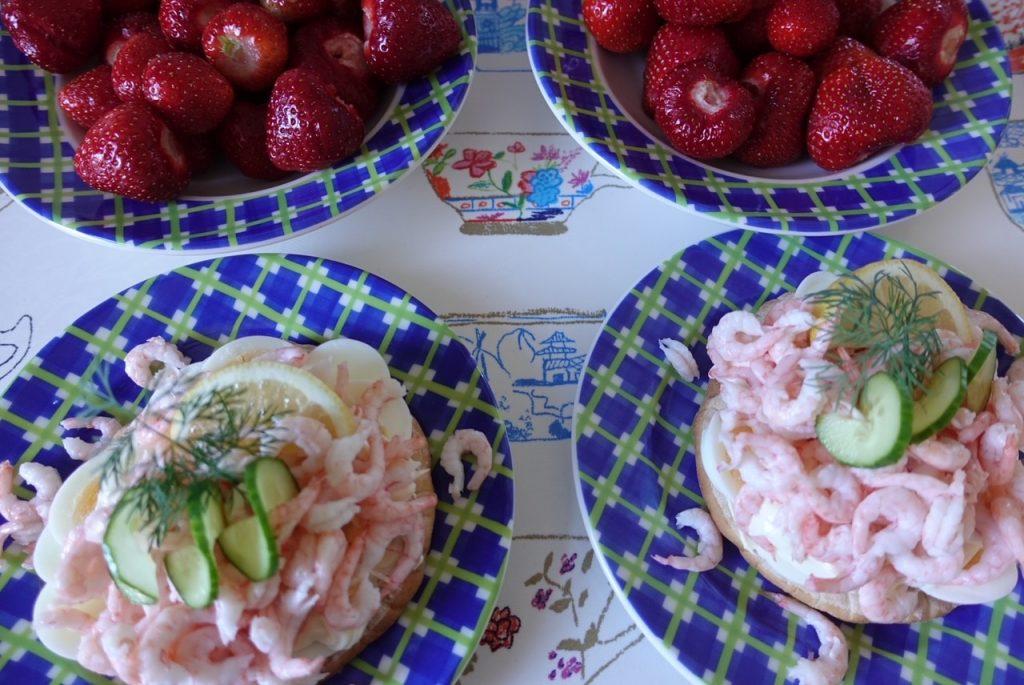 Hemmagjorda räksmörgåsar och nyplockade jordgubbar