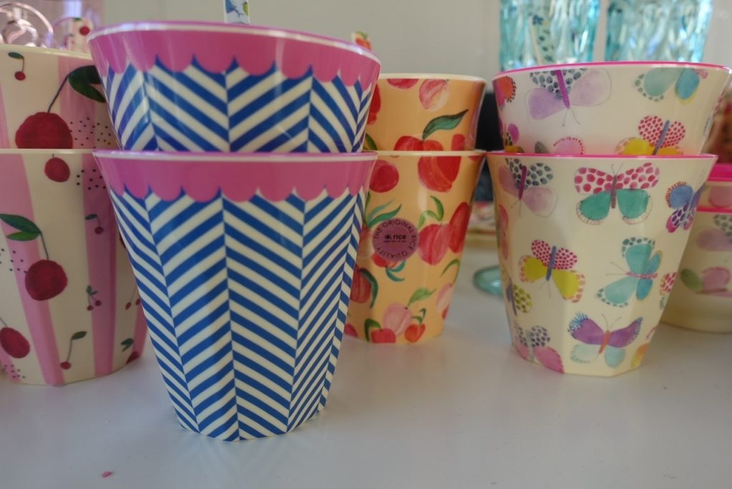 2 kaffekoppar av varje design