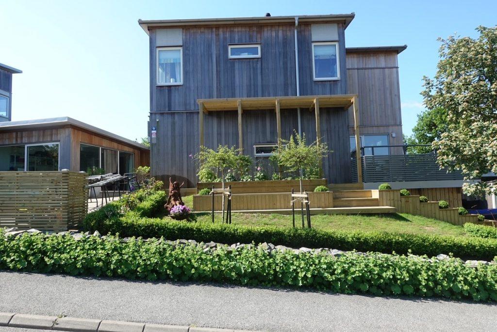 Vårt underbara hus med trädgård på framsidan