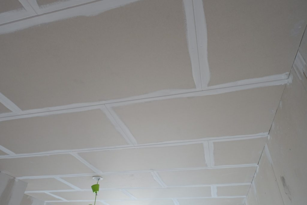 Taket har gipsplattor