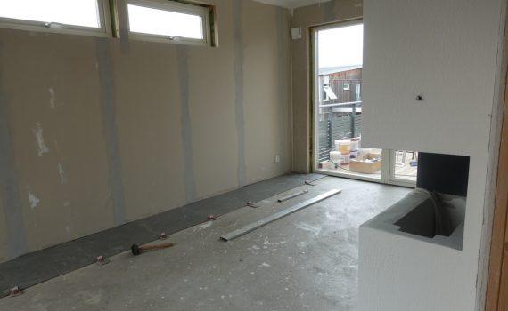 Nu har golvläggningen startat i vårt matrum