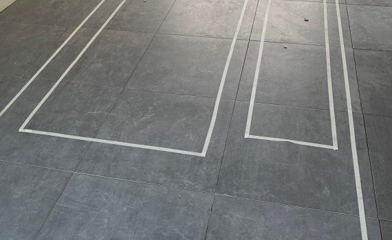 Tejpade upp möbler på golvet